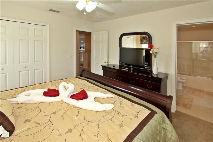 Upstair(left side) King Suite Bedroom
